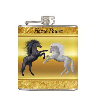 Zwarte en een wit Paard die vechten Heupfles