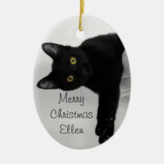 Zwarte en Gekoelde Kat die uit ontspant Keramisch Ovaal Ornament