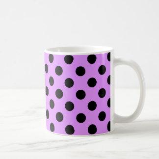 Zwarte stippen op sering koffiemok