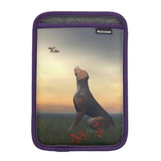 Zwarte tan hond die vogel het vliegen kijken