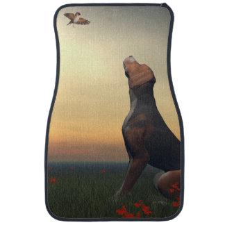 Zwarte tan hond die vogel het vliegen kijken automat