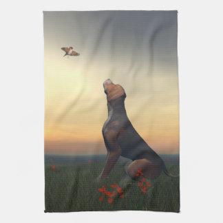 Zwarte tan hond die vogel het vliegen kijken theedoek