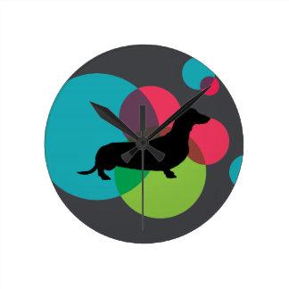 Zwarte tekkel met helder puntpatroon ronde klok