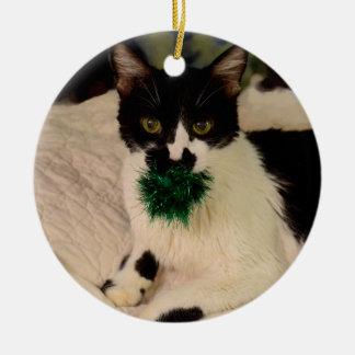 Zwarte/Witte Kat met balornament Rond Keramisch Ornament